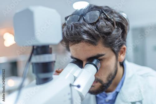 Fotografía  Researcher at work in a laboratory