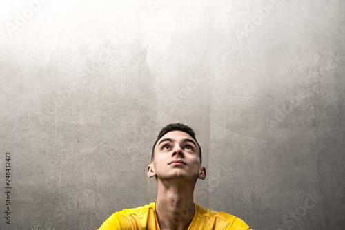 Valokuvatapetti giovane uomo che guarda verso l'alto