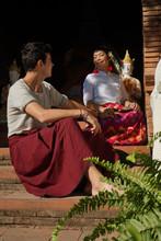 Homme Caucasien Et Femme Tha¨landaise Devant Un Temple