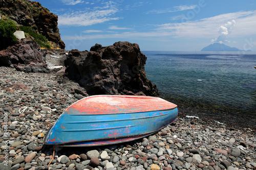 Photo Alicudi, Italien, Sizilien, Liparische Inseln, Strand, Fischerboot, im Hintergru