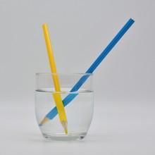 Refracción De La Luz, Demostrada En Un Vaso De Agua Con Lápices De Colores