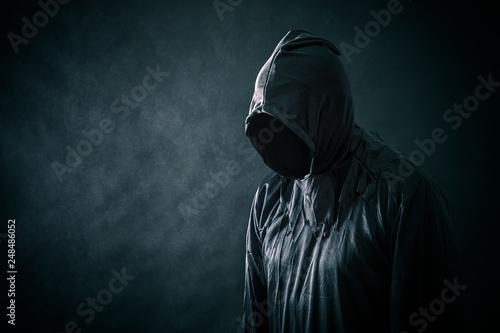 Fototapeta premium Straszna postać w płaszczu z kapturem