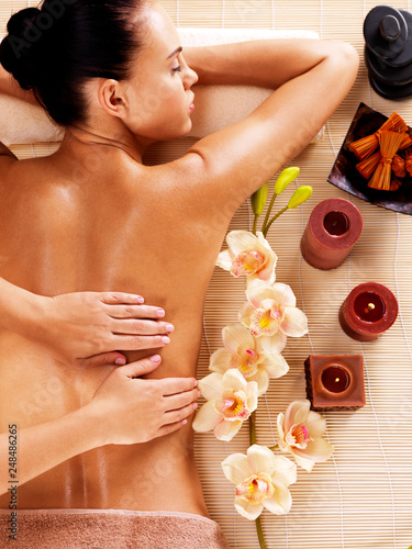masseur-doing-massage-on-woman-back-in-spa-salon