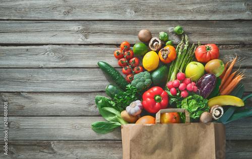 Poster Cuisine Shopping bag full of fresh vegetables and fruits