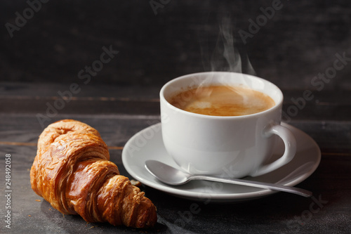 Foto cup of coffee and croissant