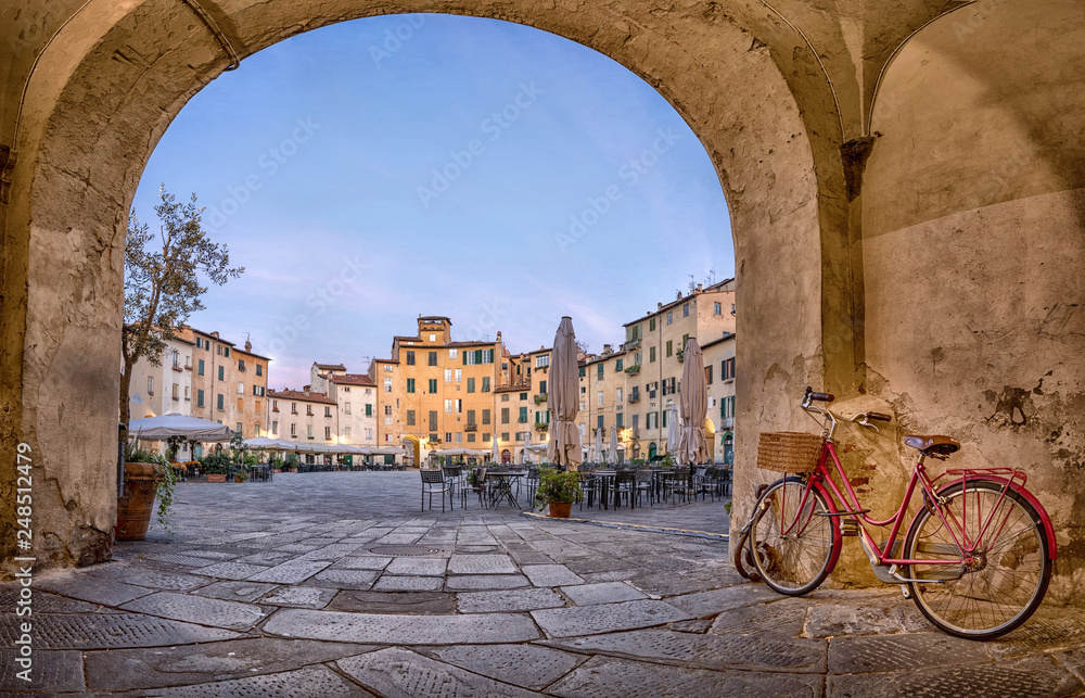 Fototapeta Lucca, Italy. View of Piazza dell'Anfiteatro square through the arch