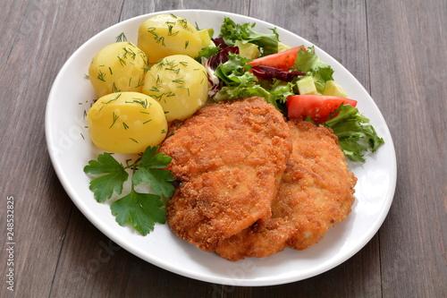 kotlet z ziemniakami i surówką