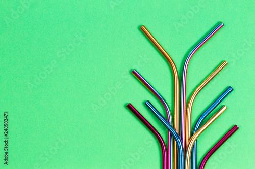 Fotografia Environmental friendly stainless steel reusable drinking straws on green backgro