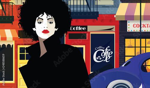 Kobieta idzie ulicą wieczornego miasta.