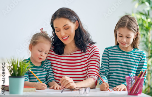 Obraz Mother and daughters drawing together - fototapety do salonu