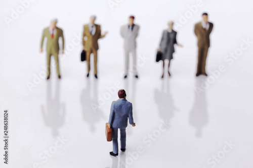 Fotografía  5人と対峙するビジネスマン