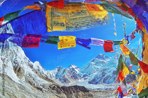 Photo  View of Mount Everest and Nuptse  with buddhist prayer flags from kala patthar i