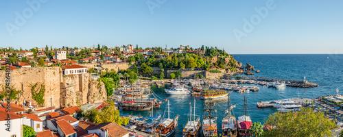 Fototapeta premium Panoramiczny widok na stary port i centrum miasta zwane Marina w Antalyi, Turcja, lato