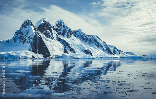 Fotografiet Ice covered mountains in polar ocean