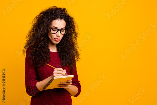 Photo  Portrait of her she nice attractive clever smart pretty focused wavy-haired lady