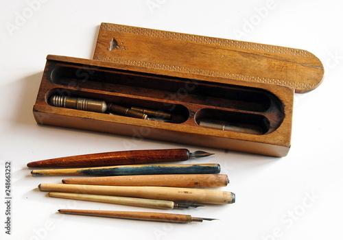 Obraz na plátne Plumier et porte-plume en bois sur fond blanc