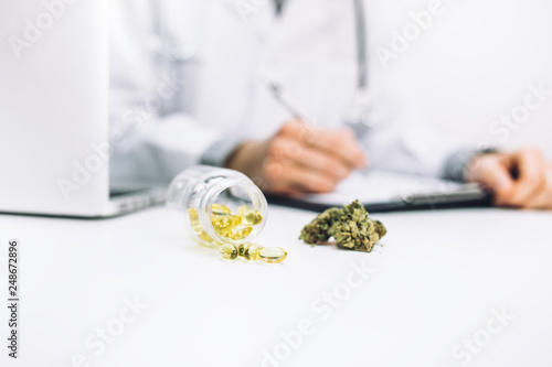 Photo  Arzt verschreibt medizinische Cannabis Öl Kapseln