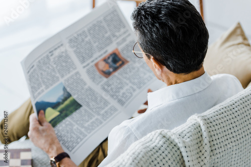 selective focus of man reading newspaper at home Fototapete