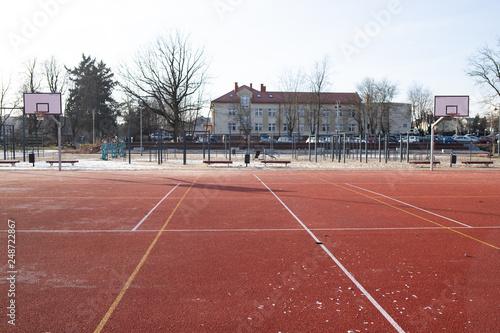 Fototapeta Boisko i siłownia miejska w słoneczny zimowy dzień  obraz
