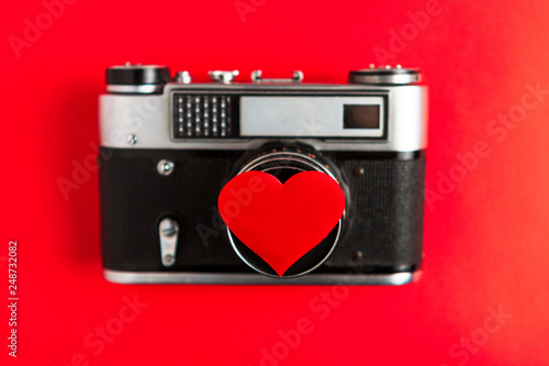 Fotografía  old vintage photo camera with red heart on it