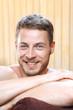 Kąpiel. Przystojny mężczyzna zażywa kąpieli w bali z woda termalną.