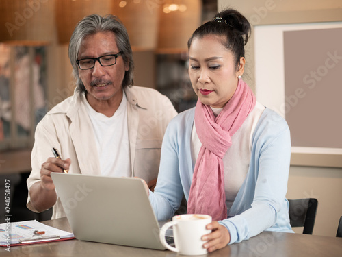 Photographie  Senior Asian Couple working freelance small business entrepreneur SME  connected on laptop computer at home