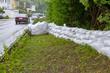 Sandsäcke als Hochwasserschutz an einer Straße - Neckar bei Nürtingen