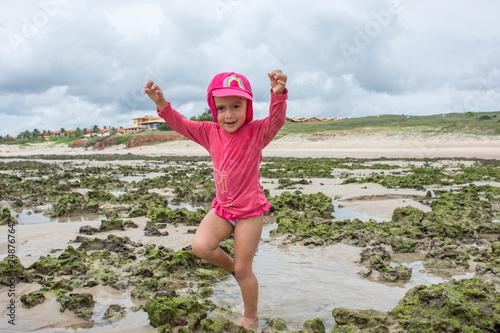Fotografia, Obraz  Criança brincando com areia na praia