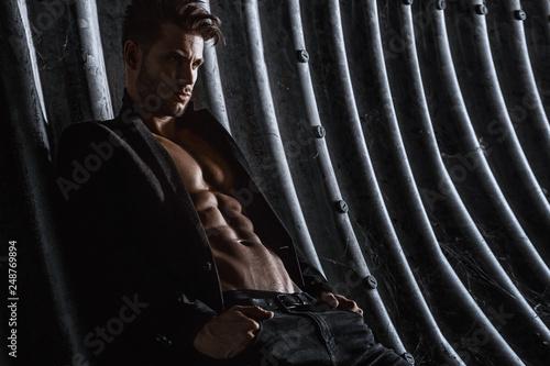 Fotografía  Muscular young man with beard on dark tunnel urban background