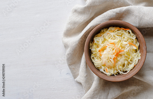 Fotografía  Bowl of chopped cabbage on towel with copy space