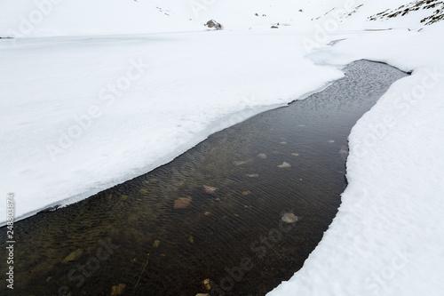 Fotografía  Corriente de agua, hielo y nieve