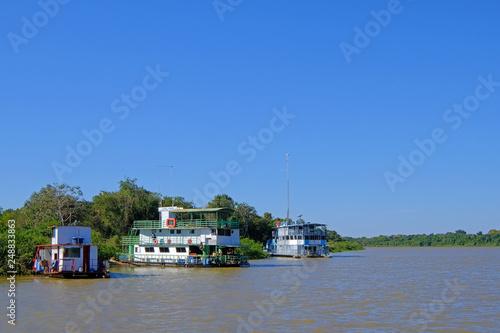 Fotografija  Houseboats on the riverbank at the harbor of Porto Jofre, Pantanal, Mato Grosso