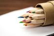 Buntstifte, Bleistifte in Reih und Glied