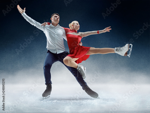 Cuadros en Lienzo Professional man and woman figure skaters performing show or competition on ice