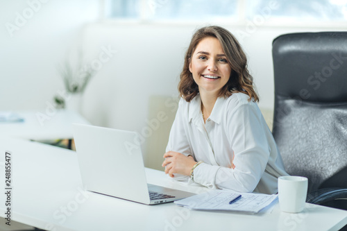 Photo  Young woman in office working