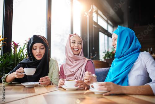 Fotografía  Muslims are having fun at a coffee shop