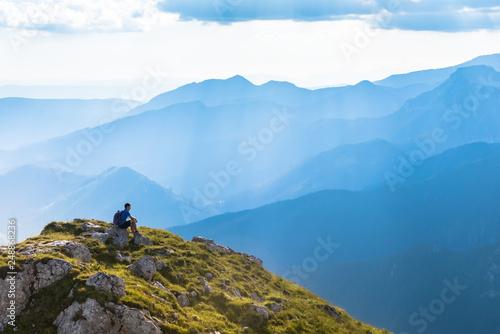 Fotografía  man on the top of a rock meeting sun