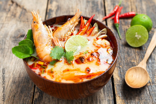 Foto Tom Yam Kung ,Prawn and lemon soup with mushrooms, thai food in wooden bowl top