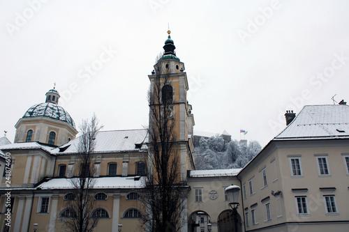 Fotografia, Obraz  Facciata laterale di chiesa con neve sui tetti