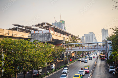 Photo  Bangkok, Thailand - March 8, 2017:  Traffic on the Phahon Yothin Road interchange of Mochit BTS sky train station and Chatuchak MRT subway station with crowd of people waiting for buses and taxis