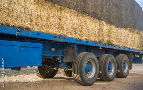 Foto  Heavy trailer truck loaded with straw bales