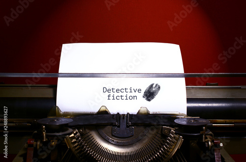 Fotografía  Typewriter spelling detective fiction on paper with finger print