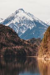 Jezioro Alpsee w dzielnicy Ostallgäu w Bawarii, w Niemczech, zdjęcie zrobione wczesną wiosną