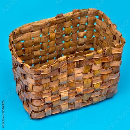 Fotografía  empty wicker box of bark on a blue background