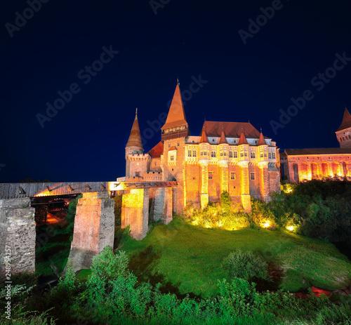 Plakat Piękna noc panorama zamku Hunyad / Corvin's Castle z drewnianym mostem
