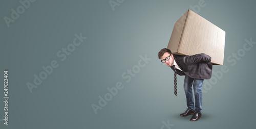 Fotografie, Obraz  Mann trägt einen großen Karton auf dem Rücken
