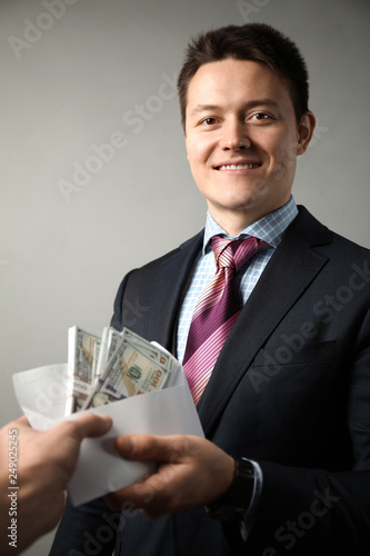 Fotografía  Сorrupt politician in suit takes bribe.