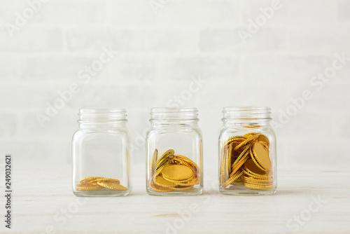 Fotografie, Obraz  貯金・貯蓄イメージ―瓶に入った金貨
