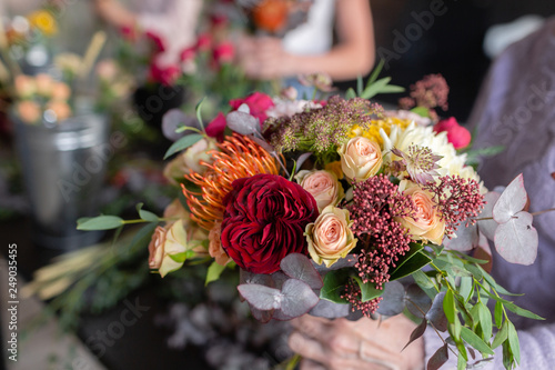 Fotografía  Close-up flowers in hand