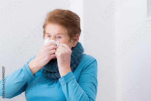 Valokuvatapetti Frau hat euíne verstopfte Nase